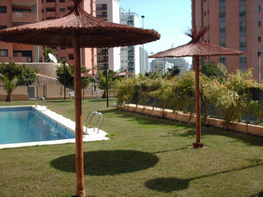 Bambu para jardin simple cercas de bamb with bambu para - Sombrillas para piscinas ...