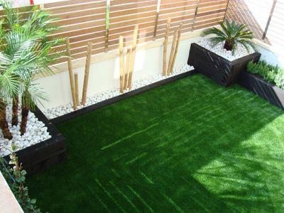 Césped artificial con jardineras de bambu — dbambú - La web mas ...